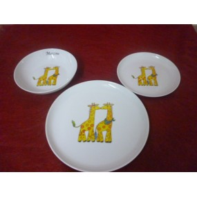 ENSEMBLE 3 ASSIETTES DECOR GIRAFE en porcelaine