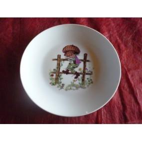 ASSIETTE A DESSERT COUPE LEO  decor ENFANT SUR BARRIERE en porcelaine