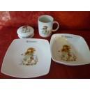 service 4 pcs avec ASSIETTES Carrées SAHARA décor PETITE FILLE VERTE en porcelaine