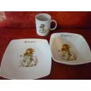 service 3 pcs avec ASSIETTES Carrées SAHARA décor PETITE FILLE VERTE en porcelaine