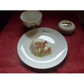 Service 3 pièces modèle  LEO avec une assiette 24cm décor Cheval et poulain en porcelaine