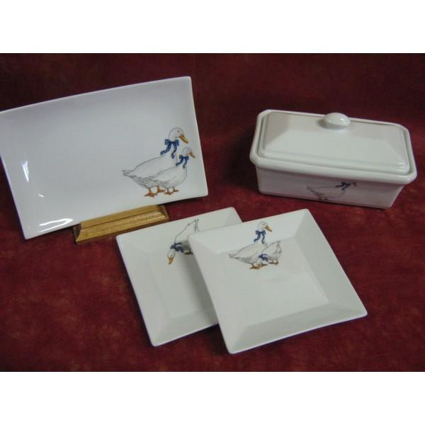assiette carree a foie gras japan en porcelaine d cor oie en foulard bleu centre vaisselle. Black Bedroom Furniture Sets. Home Design Ideas